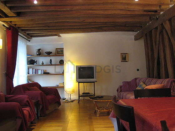 Large living room of 36m² with wooden floor