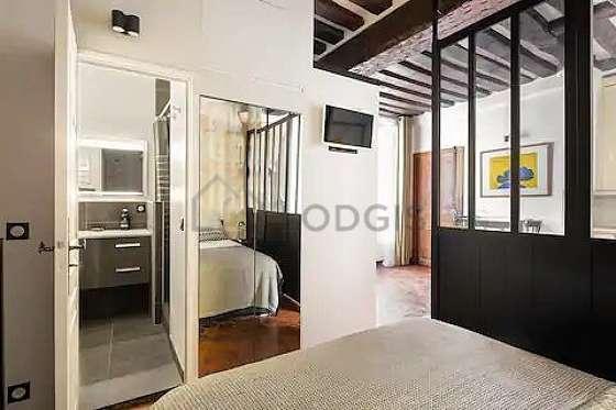 Grand salon de 21m² avec du carrelage au sol