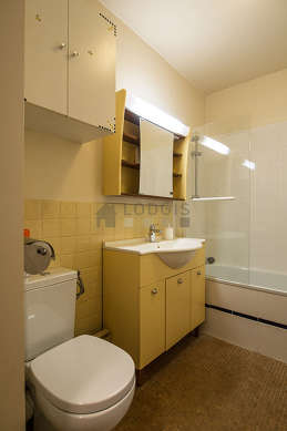 Belle salle de bain avec du carrelage au sol