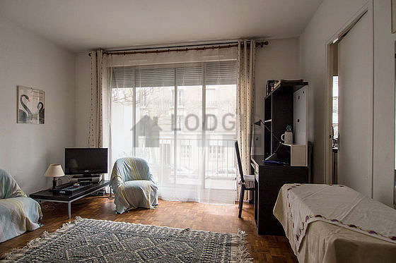 Séjour équipé de 1 lit(s) armoire de 140cm, téléviseur, 2 fauteuil(s), 2 chaise(s)