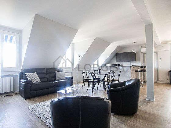Grand salon de 55m² avec la moquette au sol