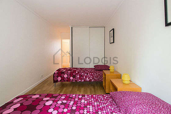 Very quiet bedroom for 3 persons equipped with 3 bed(s) of 90cm