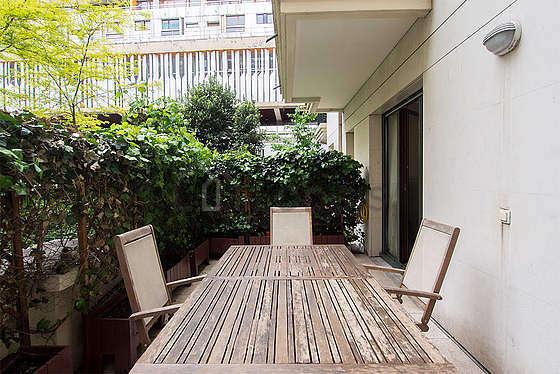 Grande terrasse avec du dallage au sol