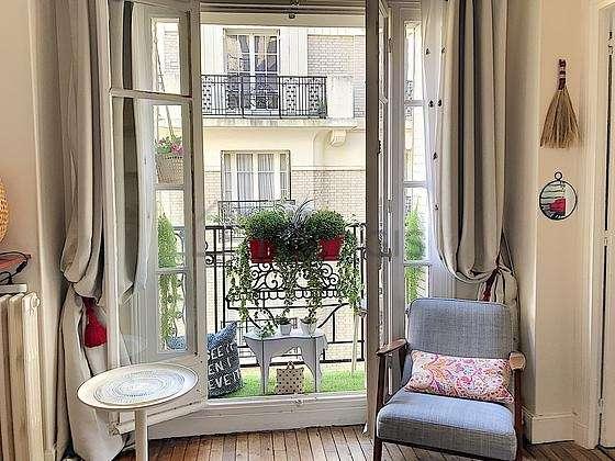 Séjour avec fenêtres donnant sur cour