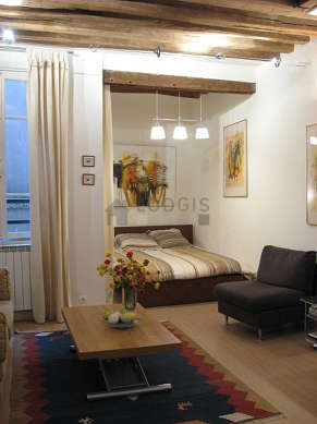 Large living room of 21m² with wooden floor