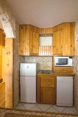Belle cuisineouverte sur le séjour avec du carrelage au sol