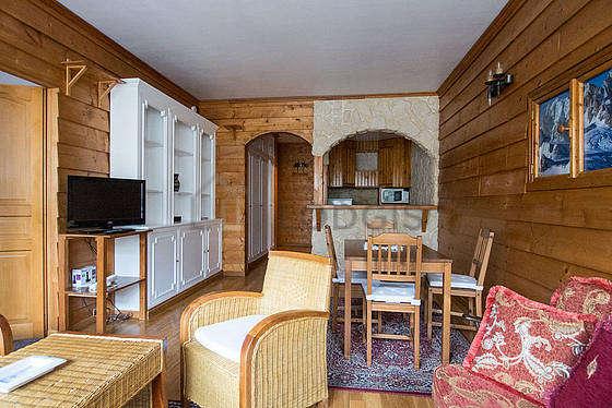 Séjour équipé de 1 canapé(s) lit(s) de 140cm, téléviseur, 2 fauteuil(s), 4 chaise(s)