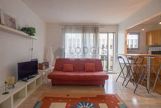 Large living room of 23m² with its wooden floor
