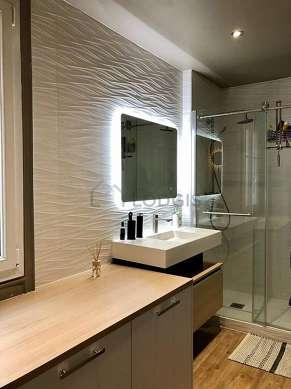 Belle salle de bain claire avec fenêtres double vitrage et du coco au sol