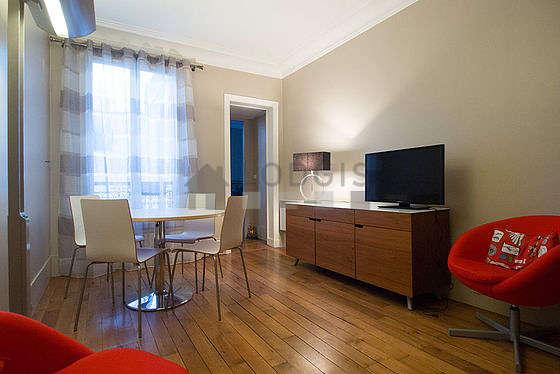 Séjour très calme équipé de téléviseur, 2 fauteuil(s), 4 chaise(s)