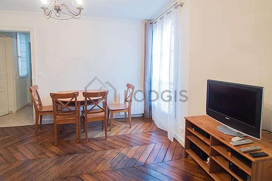 Salon de 15m² avec du parquet au sol
