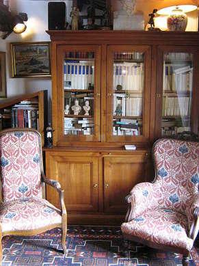 Séjour calme équipé de téléviseur, chaine hifi, 3 fauteuil(s), 4 chaise(s)