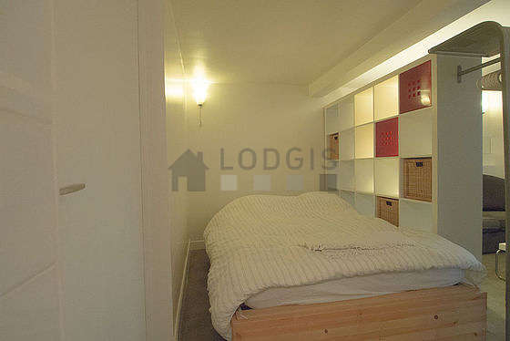 Living room furnished with 1 bed(s) of 140cm, tv, hi-fi stereo, storage space