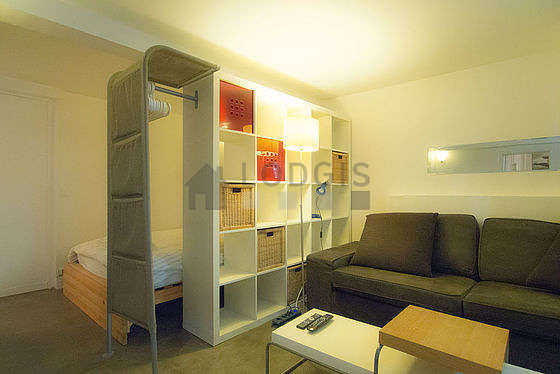 Living room of 19m² with concrete floor