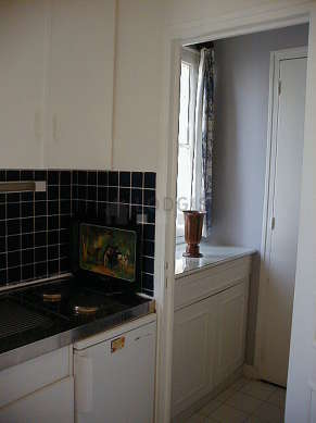 Cuisine équipée de plaques de cuisson, réfrigerateur, vaisselle