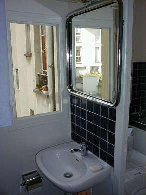 Belle salle de bain avec fenêtres