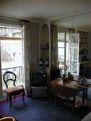 Séjour avec fenêtres donnant sur jardin