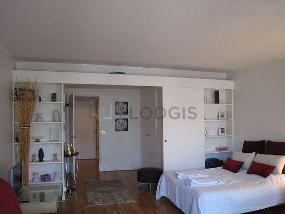 Quiet living room furnished with 1 sofabed(s) of 140cm, 1 bed(s) of 180cm, tv, hi-fi stereo