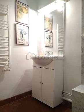 Belle salle de bain avec du marbre au sol