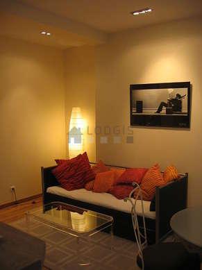 Séjour calme équipé de 1 lit(s) gigogne de 80cm, téléviseur, chaine hifi, placard