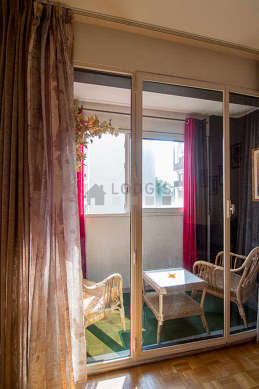 Agréable véranda de 3m² avec la moquette au sol et une vue sur jardin