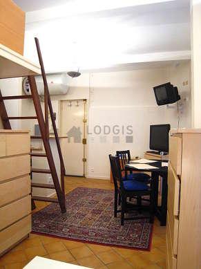 Séjour très calme équipé de 1 lit(s) mezzanine de 140cm, téléviseur, 1 fauteuil(s), 2 chaise(s)