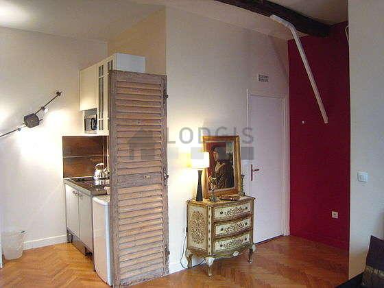 Salon équipé de armoire, commode, 2 chaise(s)