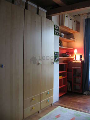 Bedroom of 18m² with wooden floor