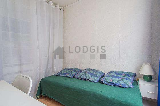 Chambre de 6m² avec du linoleum au sol