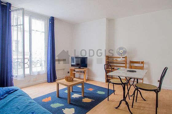 Séjour équipé de 1 canapé(s) lit(s) de 140cm, téléviseur, 3 chaise(s)