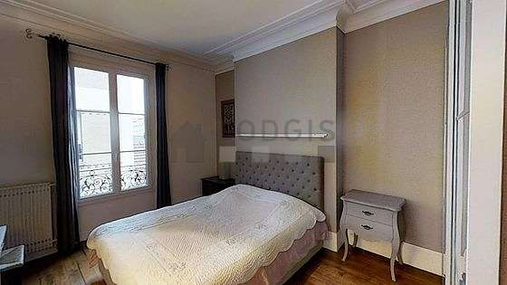 Bedroom of 15m² with its wooden floor