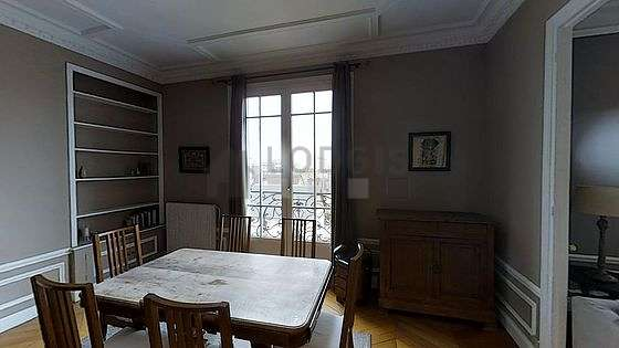 Belle salle à manger avec du parquet au sol pouvant accueillir jusqu'à 6 convives