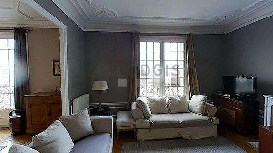 Séjour avec fenêtres double vitrage donnant sur rue