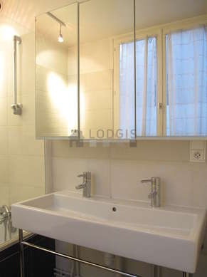 Belle salle de bain claire avec fenêtres et du carrelage au sol