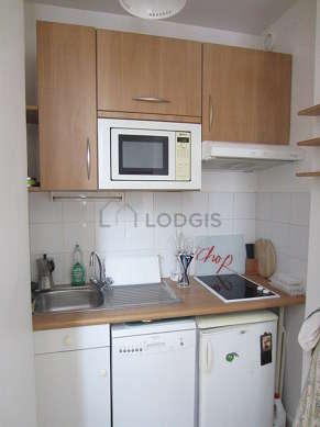 Cuisine équipée de lave vaisselle, plaques de cuisson, bouilloire électrique, vaisselle