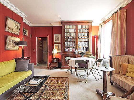 Salon avec la moquette au sol