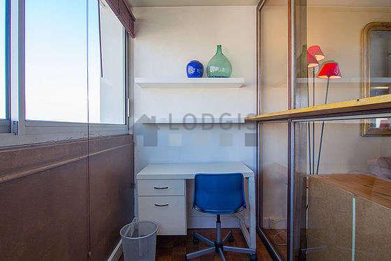 Véranda calme, très lumineux et équipée de bureau, etagère