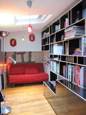 Bibliothèque munie de : etagère