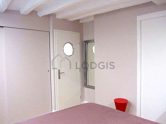 Chambre équipée de ventilateur, 1 chaise(s), tabouret
