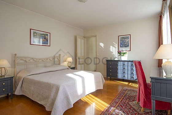 Large bedroom of 20m² with its wooden floor