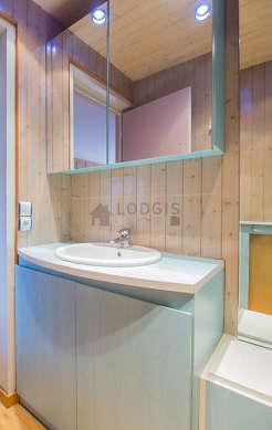 Salle de bain claire avec du parquet au sol