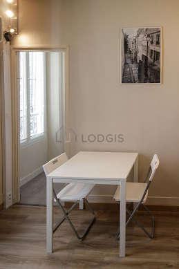 Salon de 13m² avec du linoleum au sol