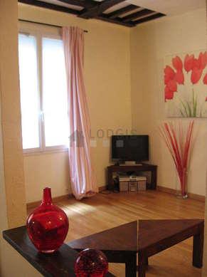 Living room of 10m² with wooden floor