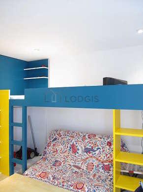 Séjour calme équipé de 1 canapé(s) lit(s) de 120cm, télé, penderie, placard