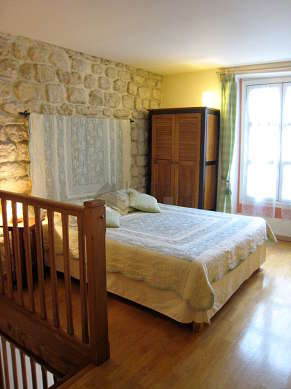 Large bedroom of 20m² with wooden floor