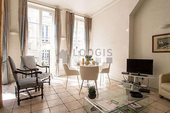 Séjour équipé de 1 canapé(s) lit(s) de 140cm, téléviseur, chaine hifi, 3 fauteuil(s)
