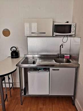 Belle cuisine de 2m² avec du parquet au sol