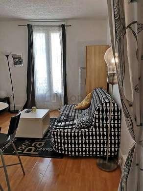 Séjour équipé de 1 canapé(s) lit(s) de 140cm, téléviseur, chaine hifi, penderie