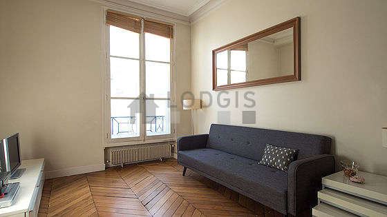 Séjour calme équipé de 1 canapé(s) lit(s) de 90cm, téléviseur, chaine hifi, 4 chaise(s)