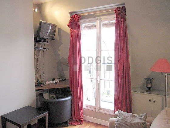 Séjour très calme équipé de 1 canapé(s) lit(s) de 140cm, téléviseur, 1 fauteuil(s), 2 chaise(s)